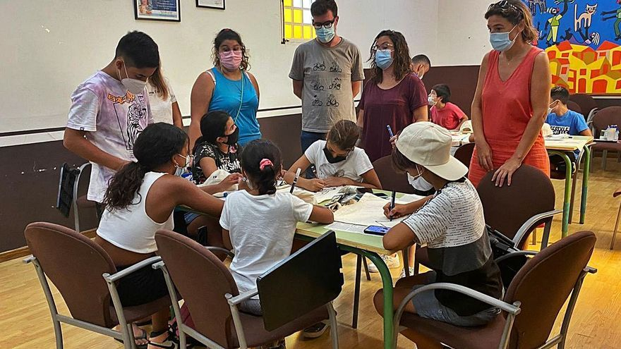 Unos 30 niños y jóvenes realizan actividades en la Fundació Natzaret