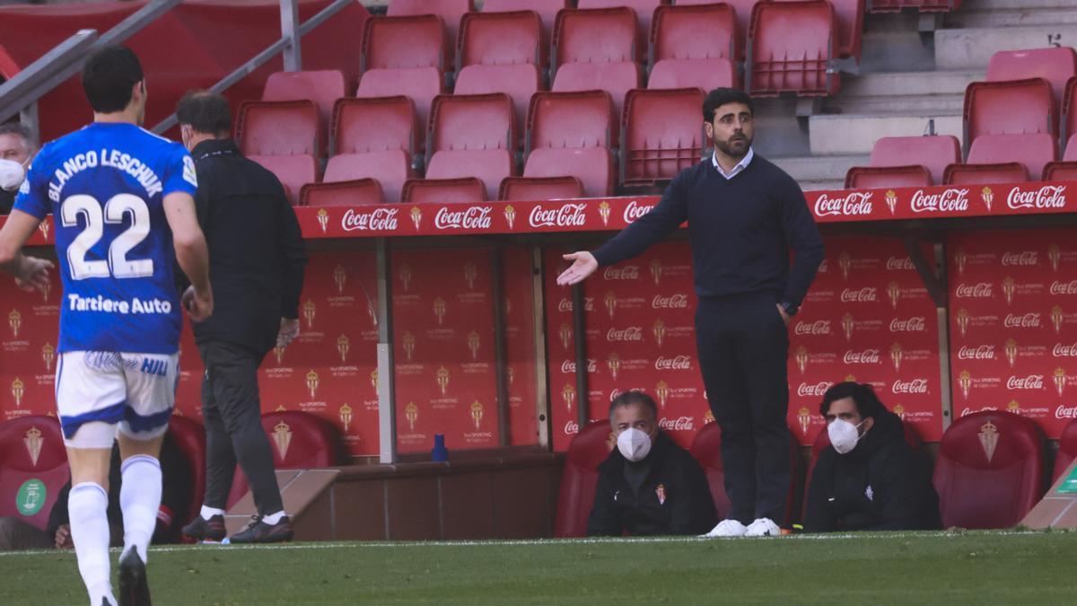 Un gesto de David Gallego durante el Sporting-Oviedo.
