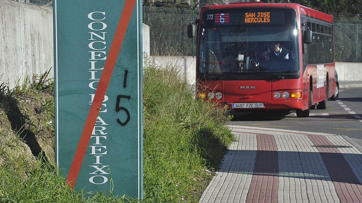 Un autobús urbano de A Coruña se detiene en las proximidades de Meicende. |   // VÍCTOR ECHAVE