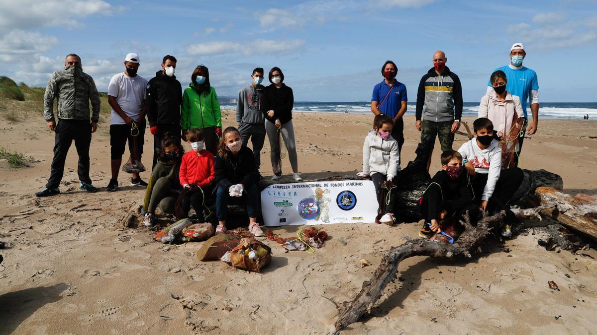 Un grupo de voluntarios limpiando una playa el verano pasado.