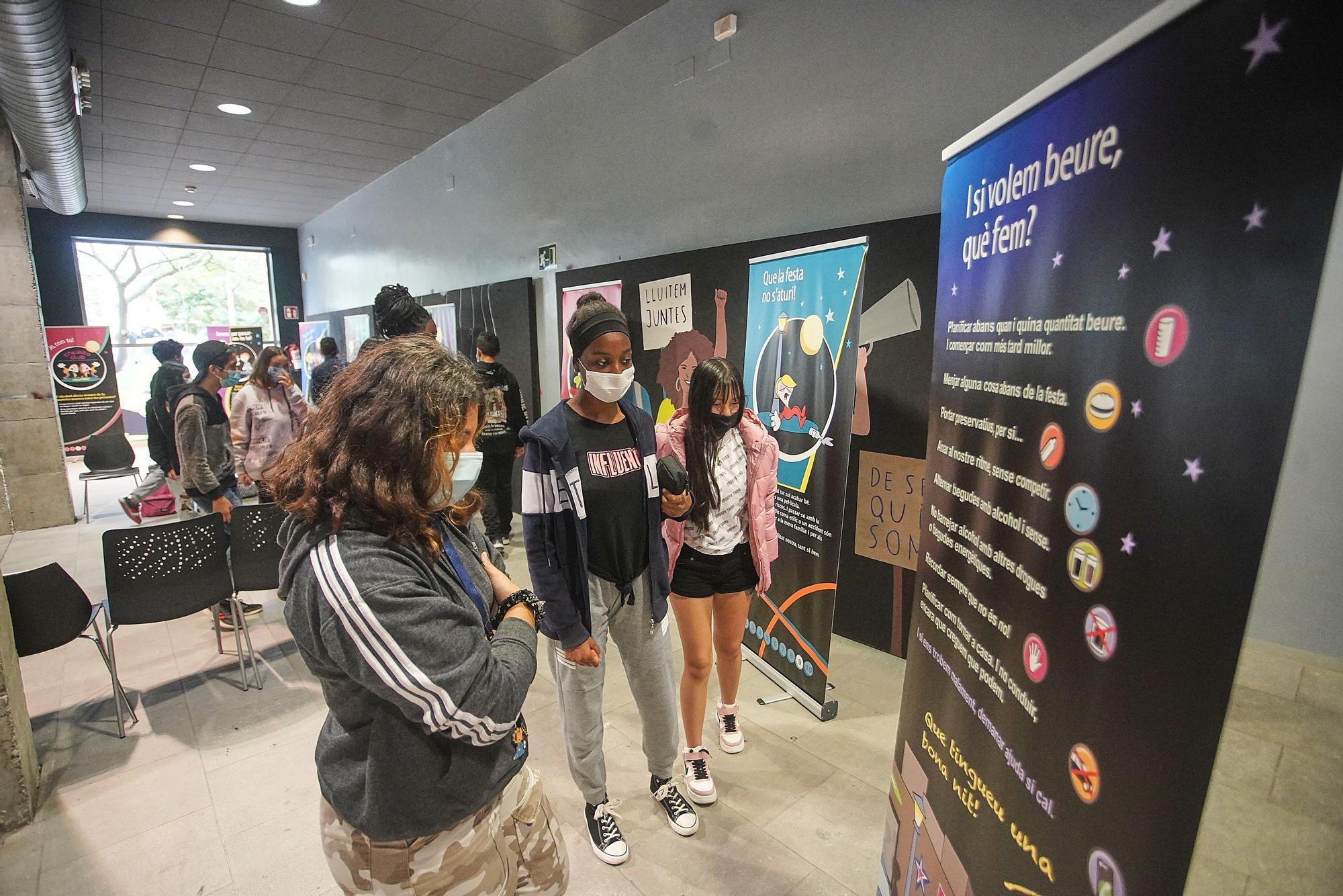 L'Ajuntament de Girona treballa en la prevenció del consum d'alcohol entre les persones joves amb l'exposició «Sortim?»
