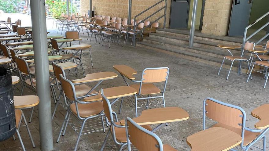 Indignación de padres y alumnos de un instituto de Orihuela al tener que dar las clases en el patio