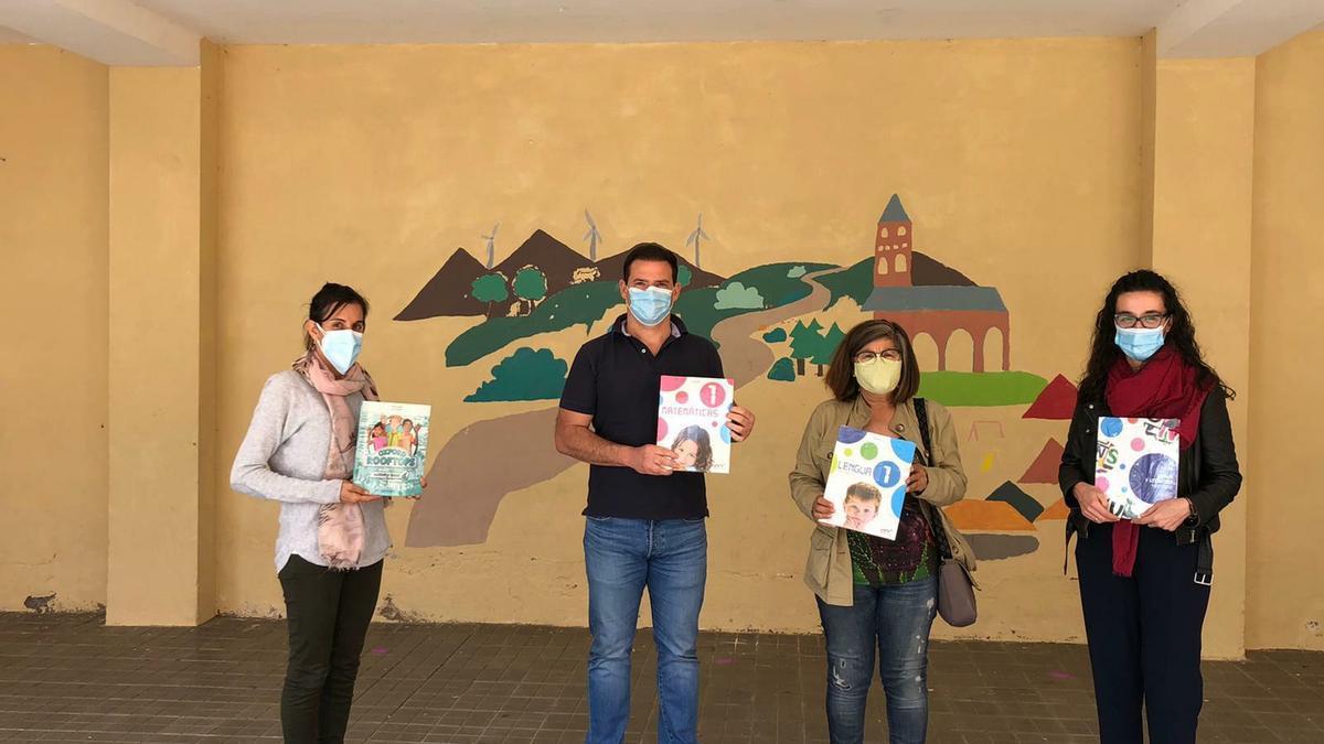 El alcalde de Tábara, Antonio Juárez, durante la entrega de libros al CRA de Tábara