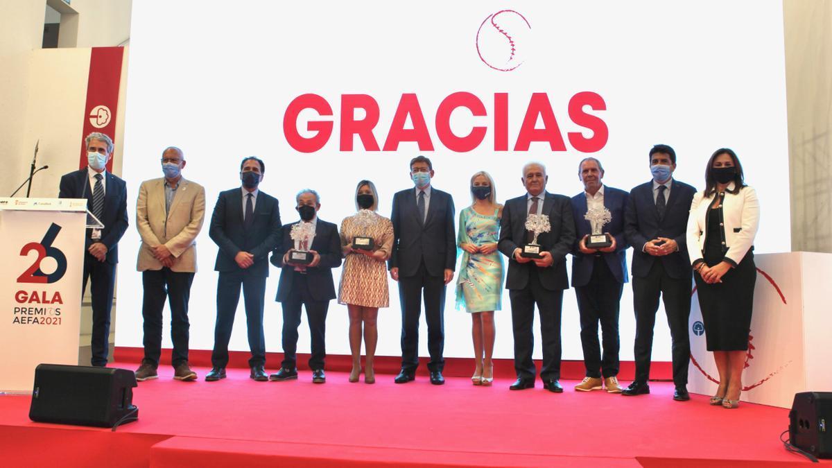 Todos los premiados de la XXVI edición de los Premios de la Asociación de la Empresa Familiar de Alicante (AEFA), celebrada el pasado martes.