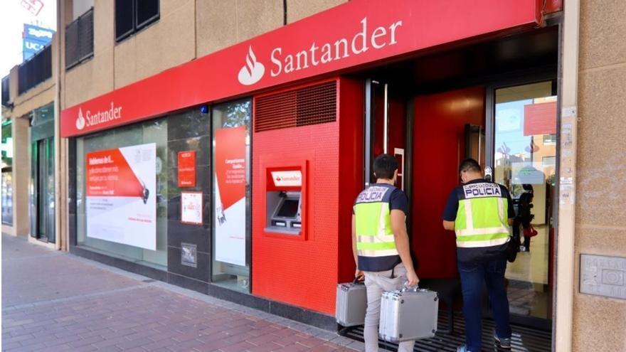 Huyen tres atracadores después de retener a varias personas en un banco de Murcia