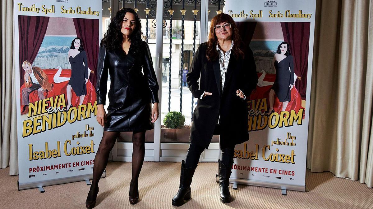La actriz Sarita Choudhury y la directora Isabel Coixet, con los carteles de Nieva en Benidorm.