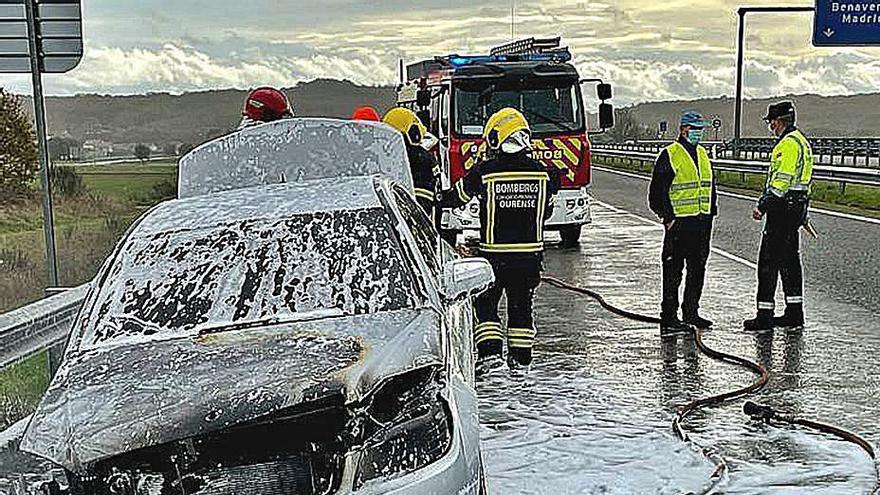 Ileso un conductor tras arder su coche en la A-52 a causa de un cortocircuito
