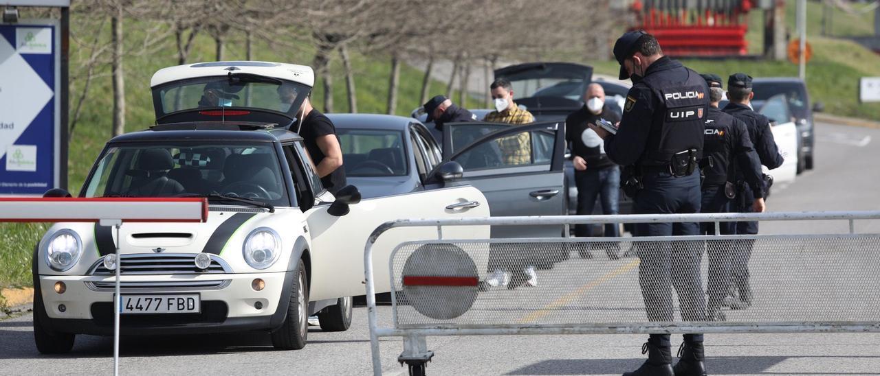Agentes de la Policía Nacional registrando los vehículos de los trabajadores de Alu Ibérica en Avilés