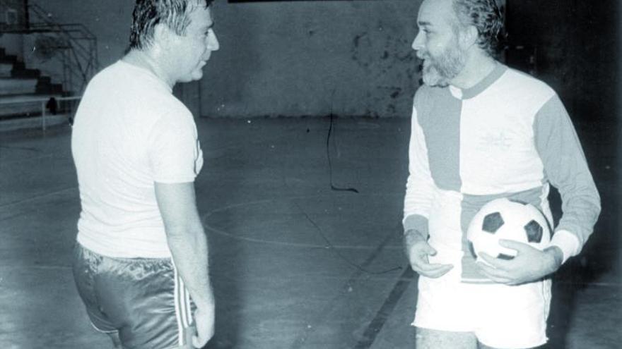 Mantilla y Soto durante un partido entre políticos en 1986. |   // CAMESELLE