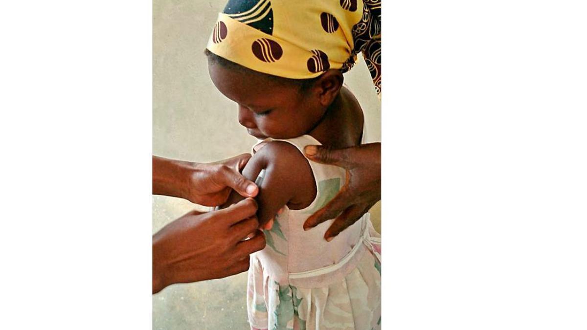 Una niña vacunada en África