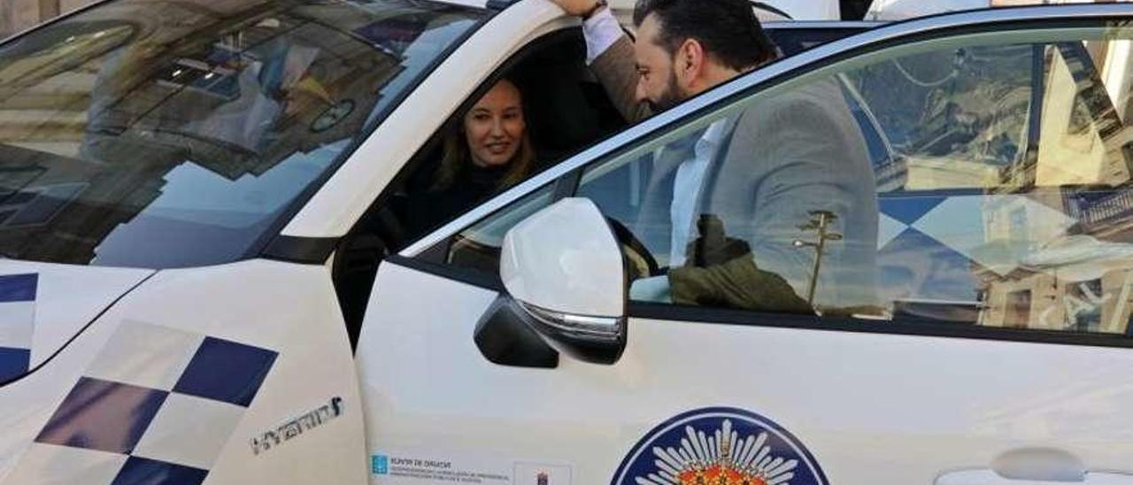 Ferreira conversa con la directora xeral, al volante ayer del nuevo 4x4 de la Policía Local de Condomar.