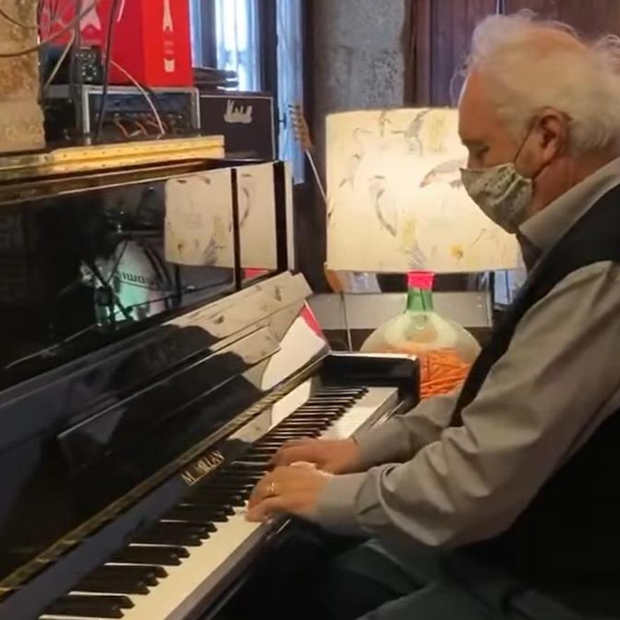 Un momento de la aCtuación, mientras afinaba el piano.
