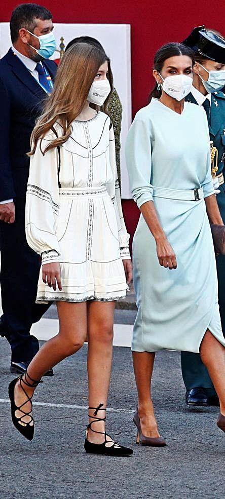 La Infanta Sofía y su madre, la Reina Letizia, vestidas respectivamente de Claudie Pierlot y de Felipe Varela.