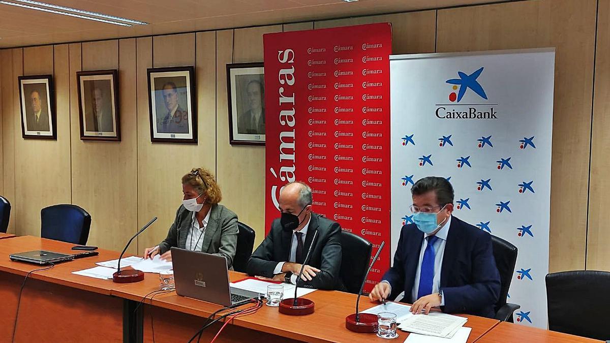 Lola Pérez, directora general de la Cámara de Comercio, Santiago Sesé y Jun Ramón Fuertes. | | E.D.