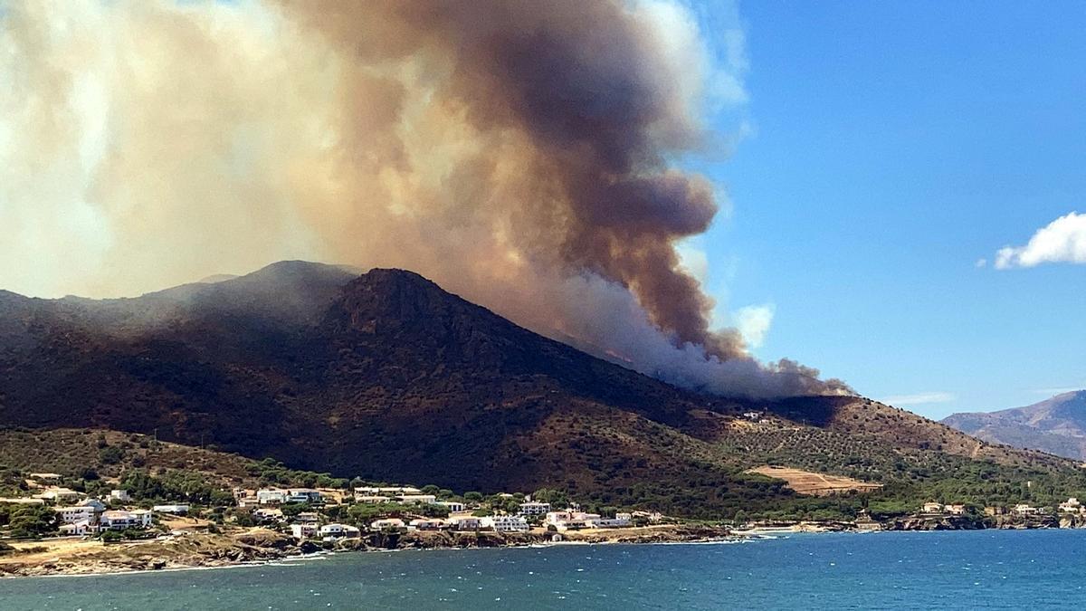 Gran pla general de l'incendi d'aquest 16 de juliol del 2021 a Llançà vist des d'El Port de la Selva (Horitzontal)
