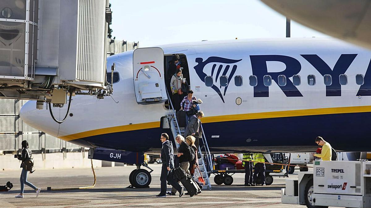 Pasajeros de un vuelo de Ryanair desembarcan en el aeropuerto de Manises. | M. A. MONTESINOS