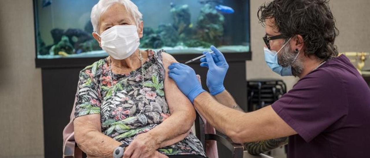 Una mujer de 90 años, primera en recibir la vacuna contra la covid en Suiza