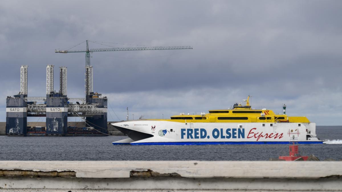 Un catamarán de Fred. Olsen Express hace su entrada en el Puerto de Las Palmas.