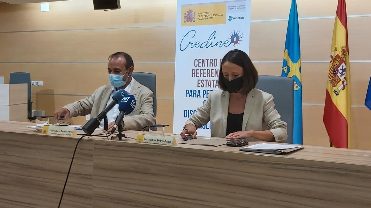 El director general del Imserso y la consejera de Derechos Sociales, en el centro neurológico de Barros.