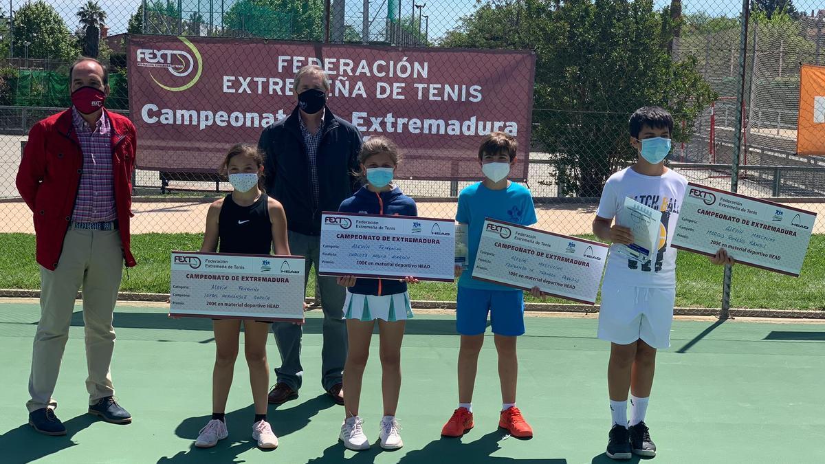 Ganadores y finalistas junto al presidente de la federación y el juez árbitro.