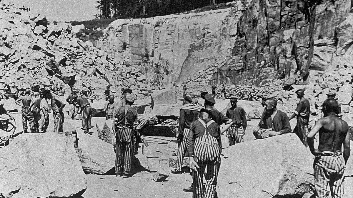 Presos en la cantera del campo de concentración de Mauthausen, en Austria, durante la II Guerra Mundial. | | E.D.
