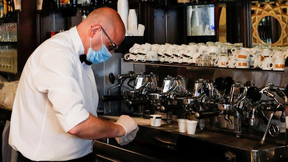 Un camarero sirve un café en Roma.