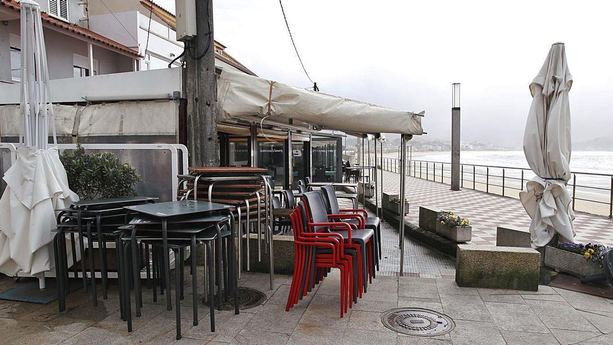 Terrazas recogidas y bares cerrados ayer en el paseo de Panxón. |   // RICARDO GROBAS