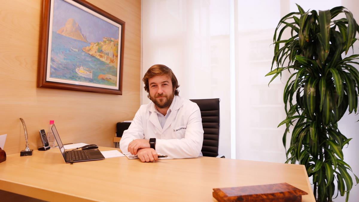 El doctor Jordi Guimerà en su consulta de Ibiza.