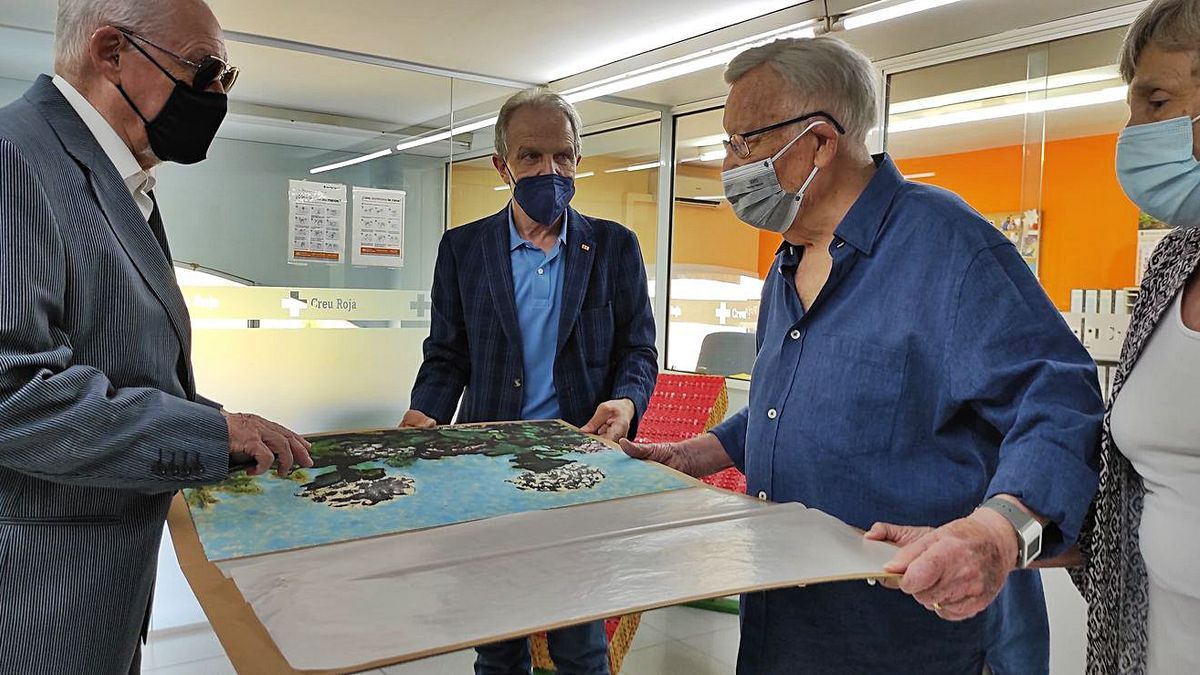Eduard Puig Pujol, a la dreta,  rebent una litografia com a homenatge pel seu 90è aniversari   JOSEP LÓPEZ NAVARRO