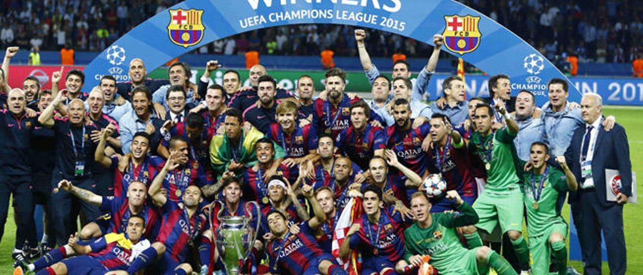 Jugadores, técnicos y auxiliares del FC Barcelona posan en el Olímpico de Berlín tras ganar al Juventus la final de la pasada edición.