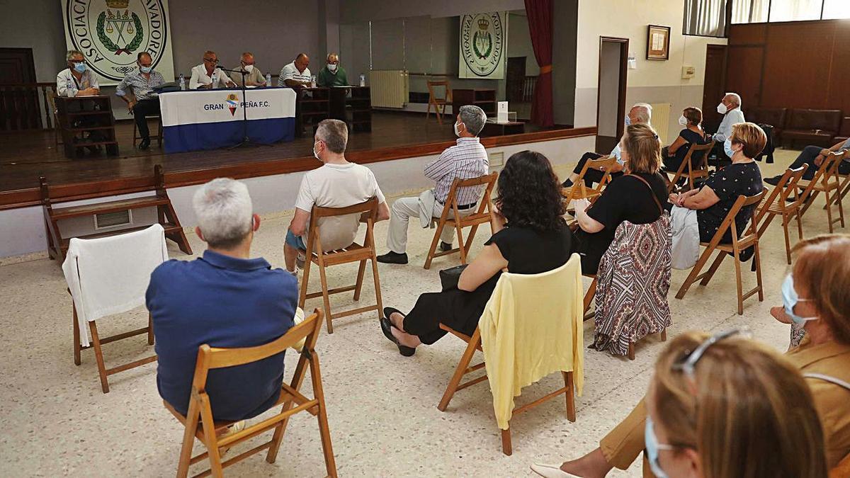 Imagen de la asamblea del Gran Peña celebrada ayer. // PABLO HERNÁNDEZ