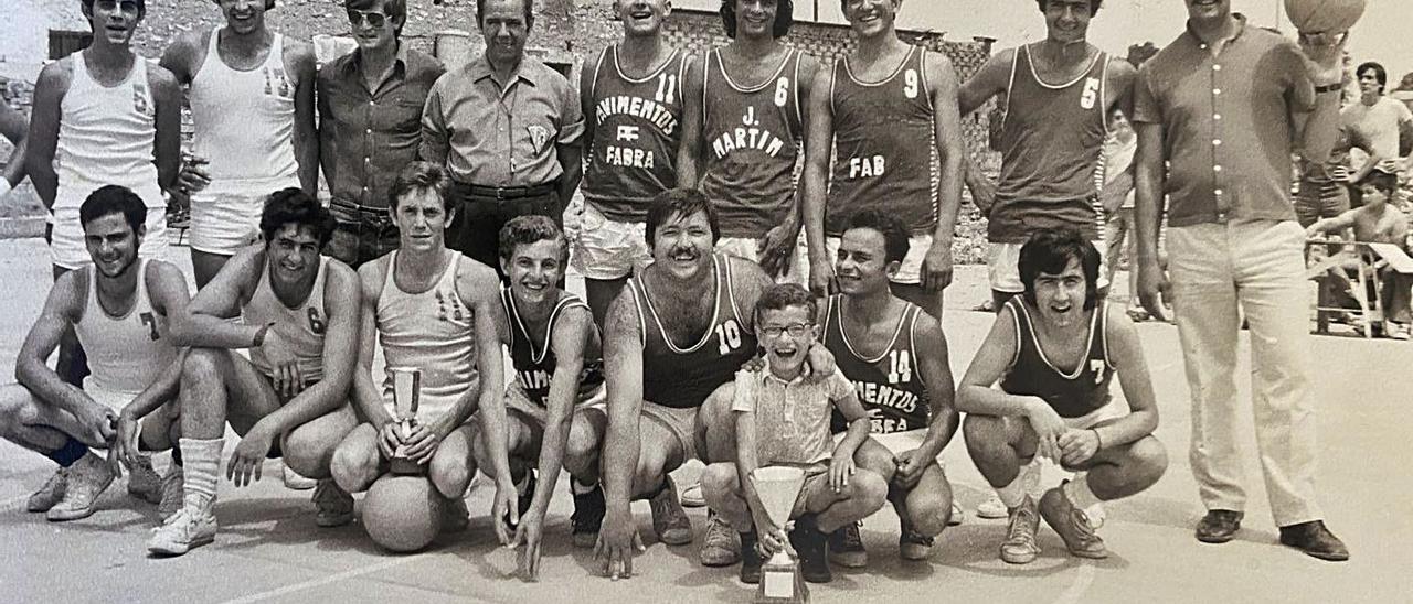A la izquierda, los equipos de Carlet y Alginet a principios de los setenta; a la derecha, jugadores como Carlos Biviá, Manolo March, Vicente Juan o Enrique Soler.   ARCHIVO DE ISMAEL LATORRE
