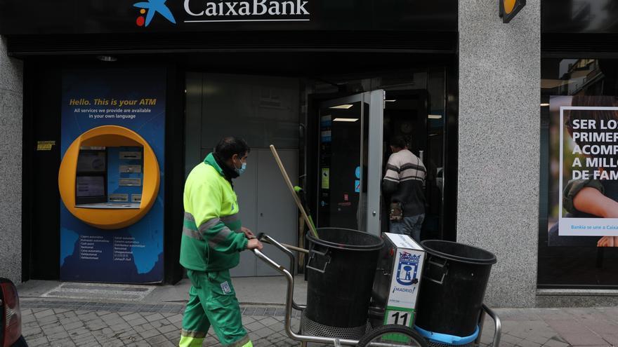 CaixaBank rebaixa els acomiadaments a 7.605 amb 686 recol·locacions internes