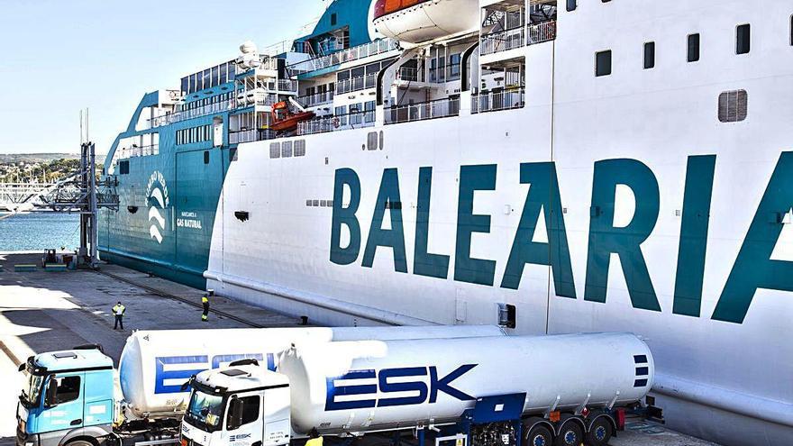 El ferry Bahama Mama de Baleària, primer barco en recibir gas natural licuado en el puerto de Dénia