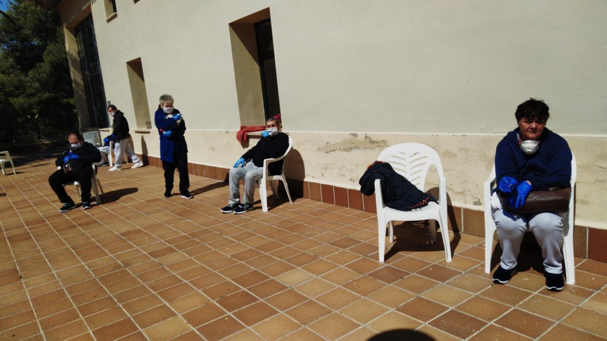 Cinco personas que ahora viven en El Valle, por el confinamiento.