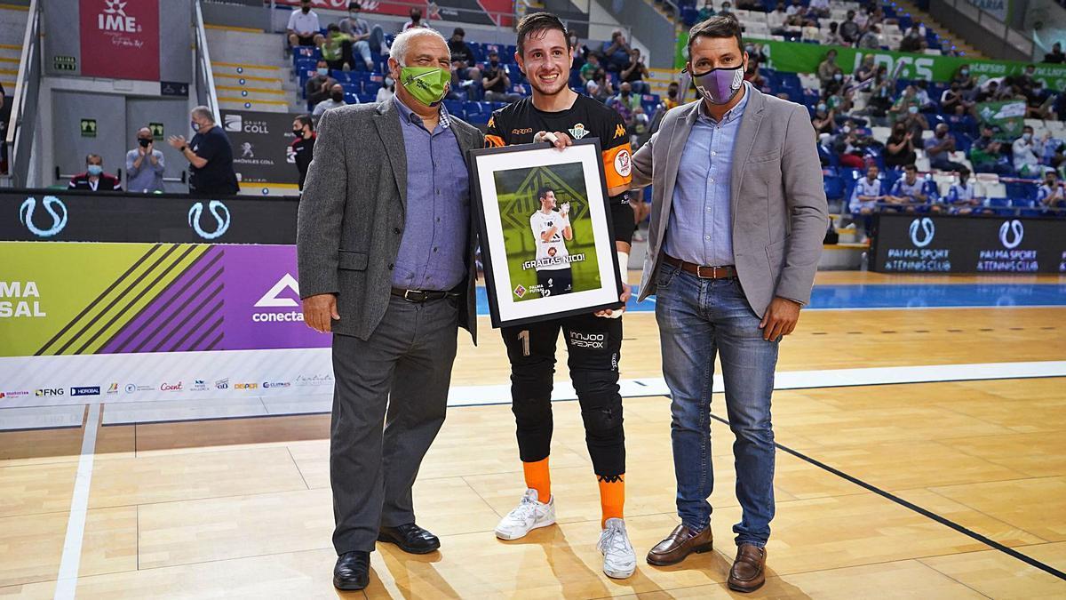 Nico Sarmiento, entre el vicepresidente Tomeu Quetglas y Jose Tirado, director deportivo, recibió un obsequio del Palma Futsal.