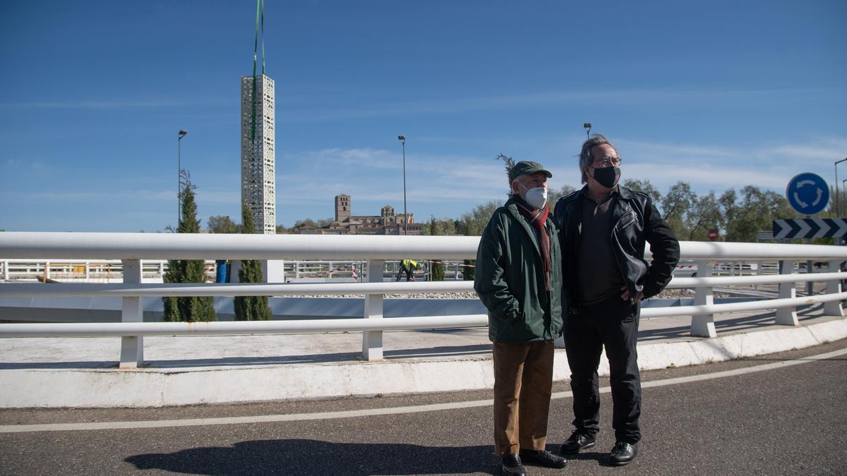 Coomonte y Guarido, delante de la obrar en la rotonda del Puente de los Poetas