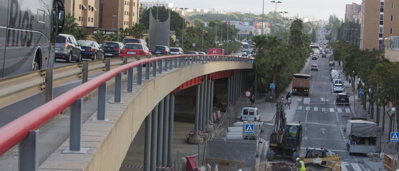 Las obras bajo el Puente Rojo obligan a los vecinos del PAU 1 a tomar la Gran Vía. En la imagen, atascos ayer por la mañana.