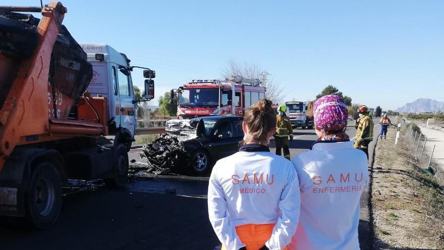 Sanitarios y bomberos en el lugar del accidente
