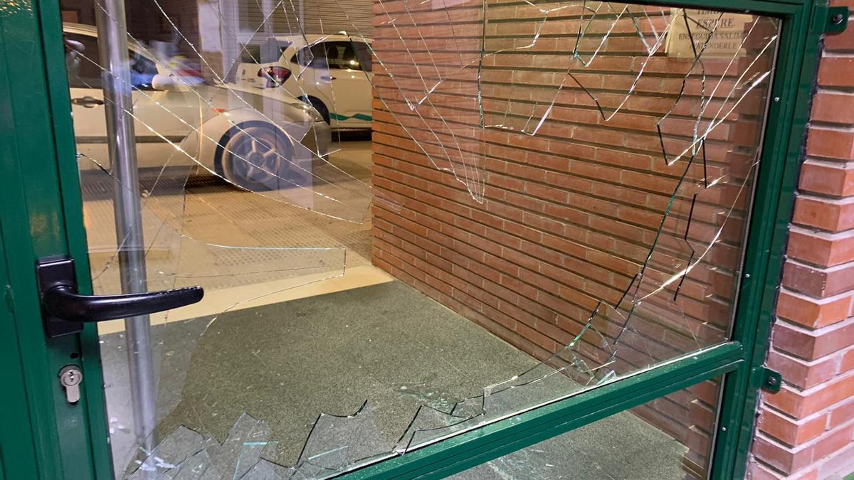 Así ha quedado la puerta del centro de salud después de que las seis personas irrumpieran en el ambulatorio.