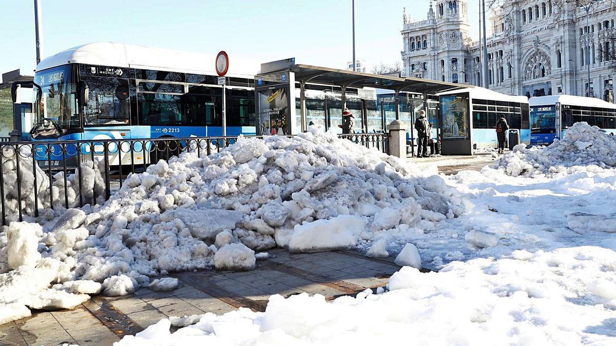 Nieve acumulada en la Plaza de Cibeles, ayer. |   // EFE
