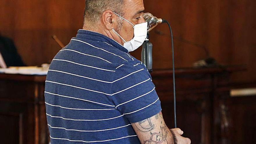 El acusado de intentar asesinar a su mujer en Cangas dice que fue ella quien se hirió