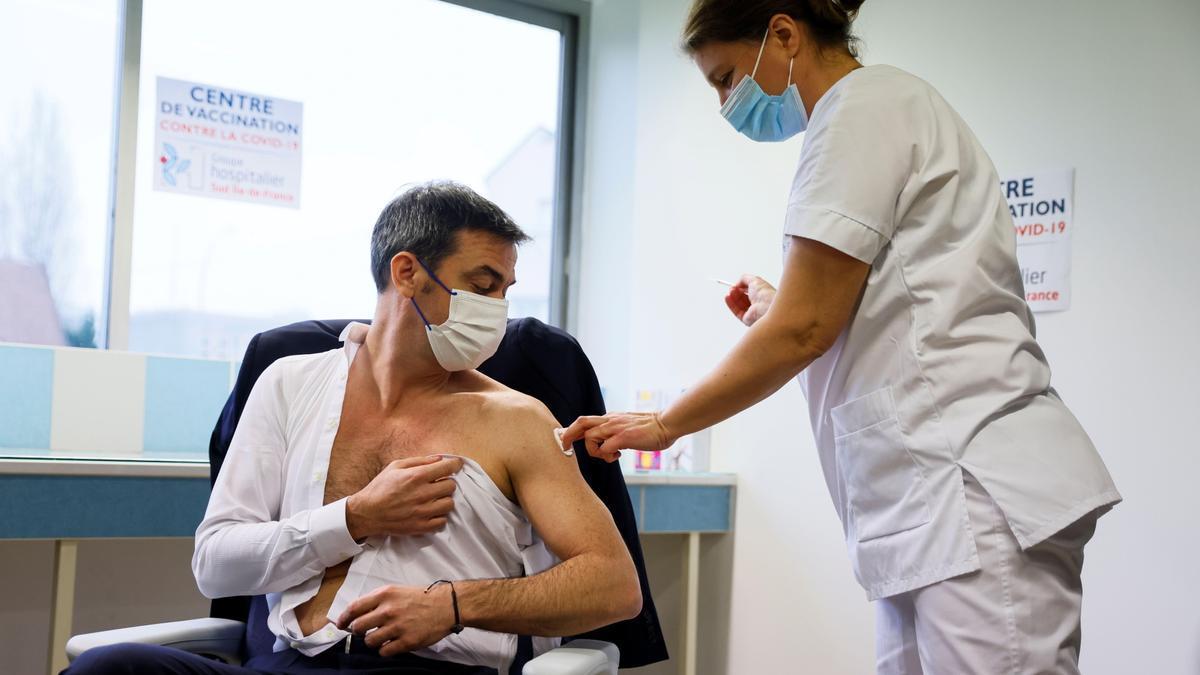 Un hombre se vacuna en París.