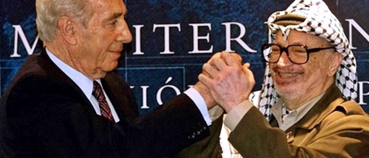 El judío Simon Peres y el palestino Yasir Arafat, en su último viaje, se estrechan la mano en Formentor al mes siguiente del 11S.