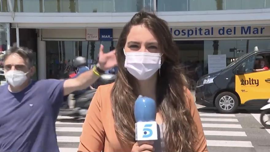 """Una cámara de 'Informativos Telecinco' se encara con un individuo por molestar a la reportera: """"¡Payaso tú!"""""""