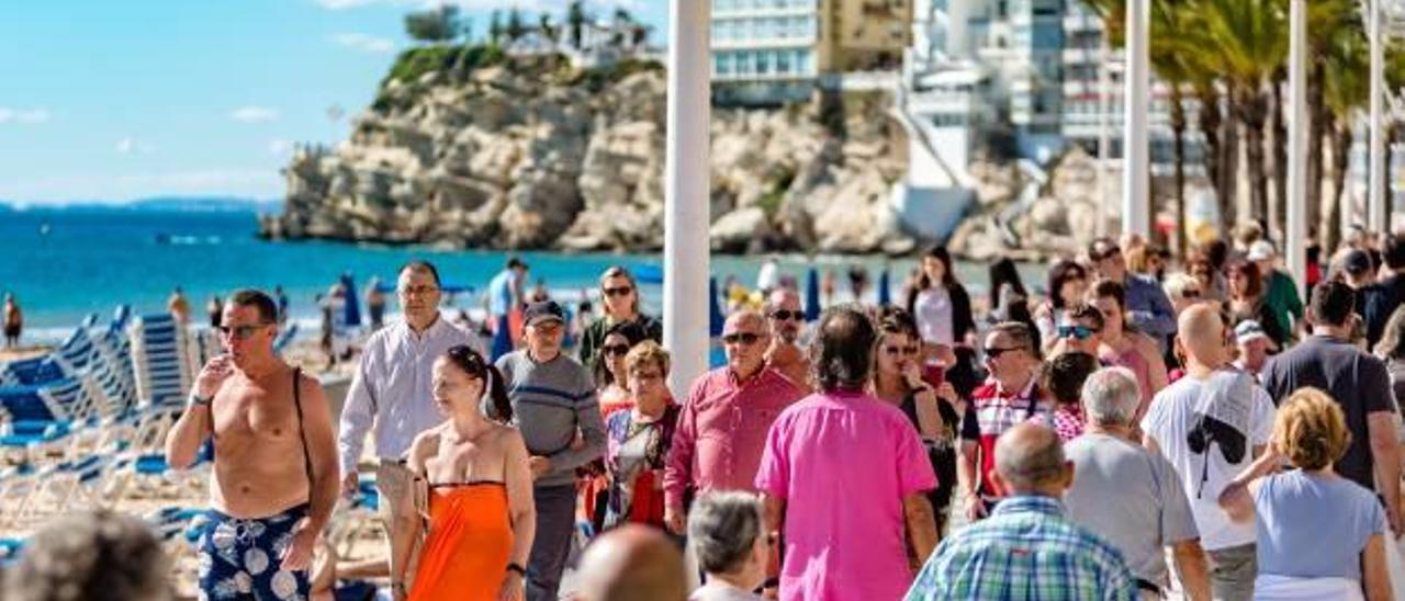 El turismo autonómico crece un 5% y deja este año 2.000 millones en la Costa Blanca