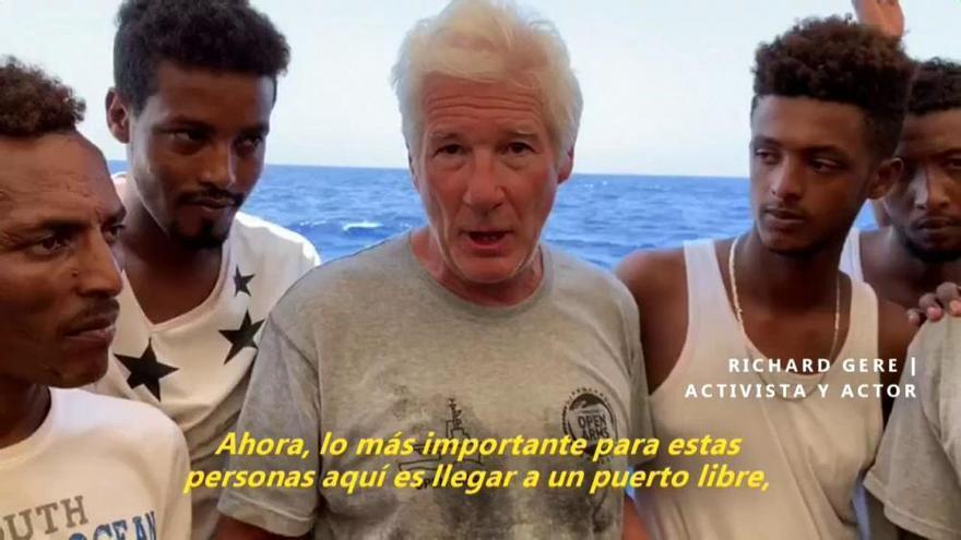 Richard Gere lleva víveres a los inmigrantes del Open Arms