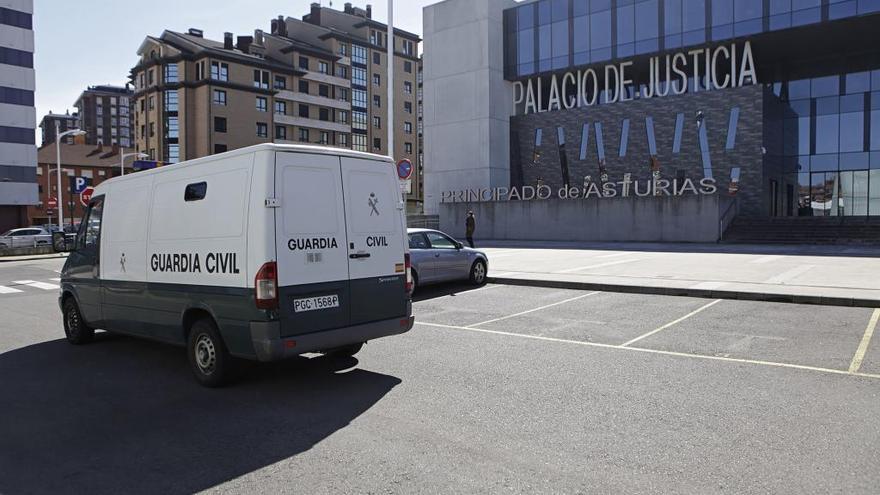 Piden cuatro años de cárcel para un joven que estrelló una botella en la cara de otro en Oviedo