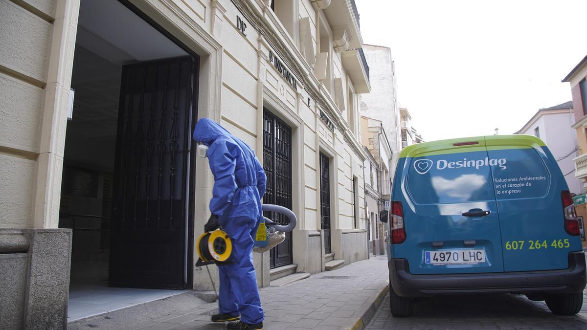 Operario de la empresa de limpieza del Ministerio entra al Palacio de Justicia