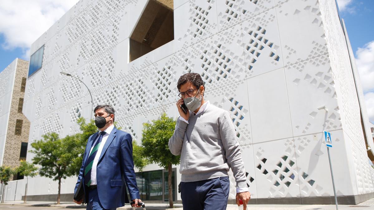 Jesús León, junto a su abogado, Álvaro Cerezo, tras prestar declaración el miércoles, en la Ciudad de la Justicia.